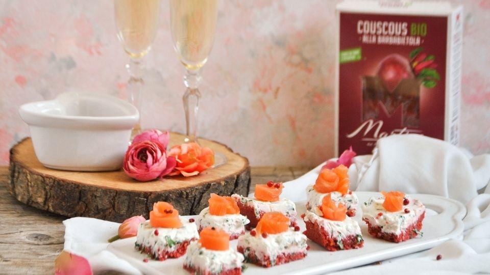 Cheesecake con rucola e salmone, e base di couscous alla barbabietola