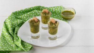 Bicchierini di couscous medio con pesto e gamberi